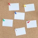 Korkowa pami?ci deska z przypi?tymi pustymi kawa?ek papieru notatkami, tablica informacyjna, kwadrat obraz royalty free