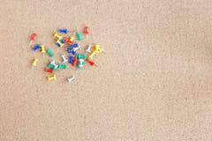 Korkowa pamięci deska z rozsypiskiem szpilki, horyzontalnym obrazy royalty free