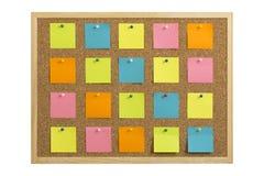 Korkowa tablica informacyjna z drewnianą ramą, przypięty barwiony papier, odizolowywający na bielu fotografia royalty free