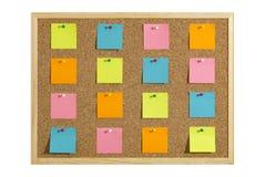 Korkowa tablica informacyjna z drewnianą ramą, przypięty barwiony papier, odizolowywający na bielu zdjęcia royalty free