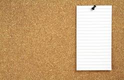 Korkowa zawiadomienie deska i biały nutowy papier Fotografia Royalty Free
