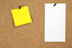 Korkowa zawiadomienie deska z żółtym i białym nutowym papierem obraz royalty free
