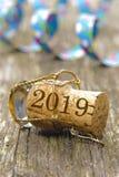 Korkpropp av champagne med datumet 2019 för ` s för nytt år arkivfoto