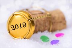 Korkpropp av champagne med datumet 2019 för ` s för nytt år fotografering för bildbyråer