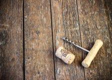 Korkskruv och kork från vin Arkivbild