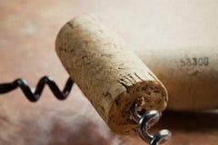 Korkskruv två med vinkorkar Arkivfoto