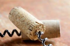 Korkskruv två med vinkorkar Moget frö av granatäpplet Arkivfoto