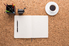 Korktabell med kontorshjälpmedel fotografering för bildbyråer