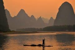 Kormoranu rybak w Lijang Li Rzeczny Xingping Guilin, Chiny obrazy royalty free