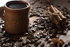 Korn av kaffe, keliga kakor på en träbakgrund Fotografi i bottenlägetangent Royaltyfri Bild