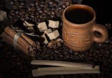 Korn av kaffe, keliga kakor på en träbakgrund Fotografi i bottenlägetangent Royaltyfria Foton