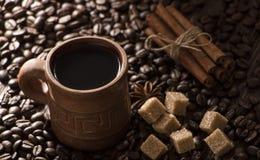 Korn av kaffe, keliga kakor på en träbakgrund Fotografi i bottenlägetangent Fotografering för Bildbyråer