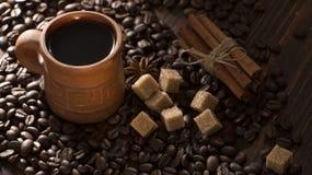 Korn av kaffe, keliga kakor på en träbakgrund Fotografi i bottenlägetangent Royaltyfri Fotografi