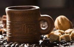 Korn av kaffe, keliga kakor på en träbakgrund Fotografi i bottenlägetangent Royaltyfria Bilder
