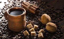 Korn av kaffe, keliga kakor på en träbakgrund Fotografi i bottenlägetangent Arkivbild
