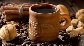 Korn av kaffe, keliga kakor på en träbakgrund Fotografi i bottenlägetangent Arkivfoto
