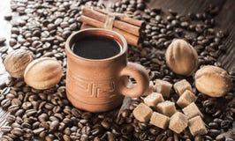 Korn av kaffe, keliga kakor på en träbakgrund Fotografi i bottenlägetangent Arkivbilder