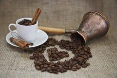 Korn av kaffe och koppen Royaltyfria Bilder