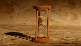 Korn av timglaset faller ner stock video
