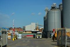 Korn elavator Silos und Bauholzyard Dockside Stockfotos