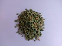 Korn för en grön ärta för handfull på en vit bakgrund Royaltyfri Foto