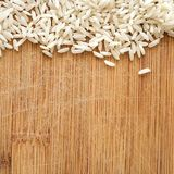 Korn för vita ris på träskärbräda, i det fyrkantiga formatet för socialt massmedia, baner och bakgrunder Royaltyfri Bild