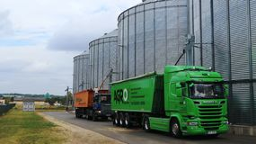 Korn från hisssilon laddas in i lastbilen arkivbilder
