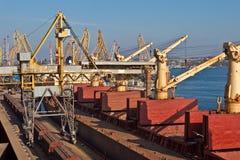 Korn från silor som laddas på lastfartyget på royaltyfria bilder