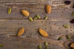 korn, frö och fröt spridde på träbakgrund Royaltyfri Fotografi