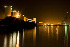 Korn-Silos nachts Lizenzfreies Stockfoto
