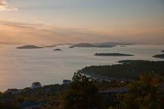 Kornati - sikt från den Murter ön Arkivbild