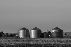 Kornbehälter in South Dakota lizenzfreie stockfotos