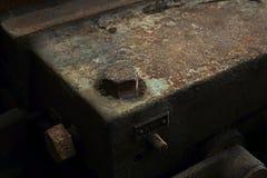 Kornbild: Stäng sig upp av den gamla maskinfabriken som göras av stål och u royaltyfri foto