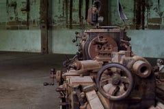 Kornbild: Stäng sig upp av den gamla maskinfabriken som göras av stål och u arkivfoto
