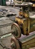 Kornbild: Stäng sig upp av den gamla maskinfabriken som göras av stål och u fotografering för bildbyråer