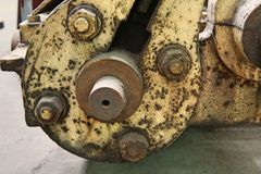 Kornbild: Stäng sig upp av den gamla maskinfabriken som göras av stål och u arkivbilder