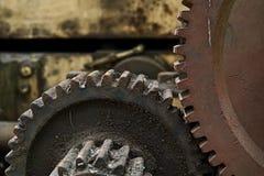 Kornbild: Stäng sig upp av den gamla maskinfabriken som göras av stål och u arkivbild