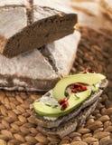 Kornbröd med den nya avokadot och tomater Royaltyfri Fotografi