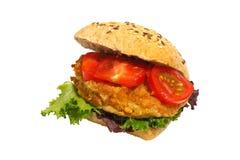 Kornbrötchen, gebratenes Schweinefleisch, Kopfsalat, Tomaten, lokalisiert lizenzfreie stockbilder