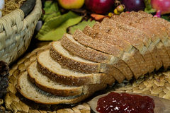 Kornbröd och driftstopp för stilleben brunt helt Arkivfoton