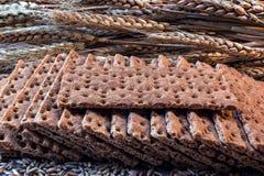 Korncracker, -kekse und -körner des Weizens lizenzfreie stockfotografie