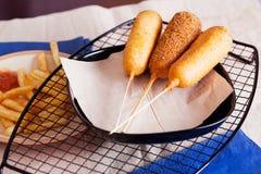Korndog με τις τηγανιτές πατάτες Στοκ φωτογραφία με δικαίωμα ελεύθερης χρήσης