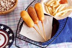 Korndog με τις τηγανιτές πατάτες Στοκ φωτογραφίες με δικαίωμα ελεύθερης χρήσης