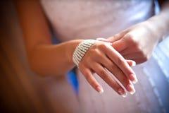 Korne in der Frauenhand Lizenzfreie Stockfotos