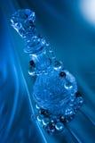 Korne und Flasche auf blauem Hintergrund lizenzfreie stockbilder