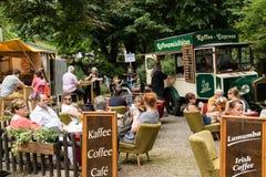 KORNELIMUENSTER,德国, 2017年6月18日, -一街道caffee的人们在Kornelimuenster历史的市场在一晴朗的温暖的天 库存图片