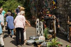 KORNELIMUENSTER,德国, 2017年6月18日, -人们在一晴朗的温暖的天浏览Kornelimuenster历史的市场  库存图片