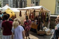 KORNELIMUENSTER,德国, 2017年6月18日, -人们在一晴朗的温暖的天浏览Kornelimuenster历史的市场  免版税库存照片