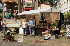 KORNELIMUENSTER,德国, 2017年6月18日, -人们在一晴朗的温暖的天浏览Kornelimuenster历史的市场  库存照片