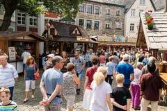 KORNELIMUENSTER,德国, 2017年6月18日, -人们在一晴朗的温暖的天浏览Kornelimuenster历史的市场  免版税图库摄影